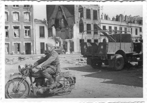 Deutscher Soldat mit erbeutetem Motorrad in Dünnkirchen